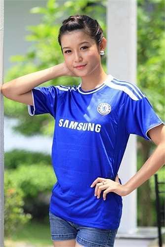 Fan Chelsea Việt Nam còn tặng Á hậu Việt Nam danh hiệu 'Miss Chelsea Việt Nam'.