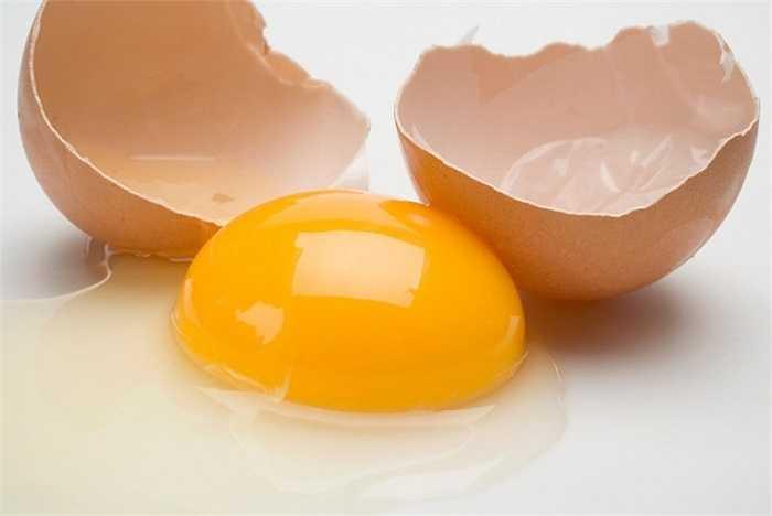 Trong trứng sống thường chứa một số vi khuẩn do để lâu hoặc gia cầm bị ốm, người ăn sẽ dễ bị tiêu chảy và buồn nôn. Hơn thế nữa, chất kháng sinh chỉ tiêu hủy khi được nấu chín.