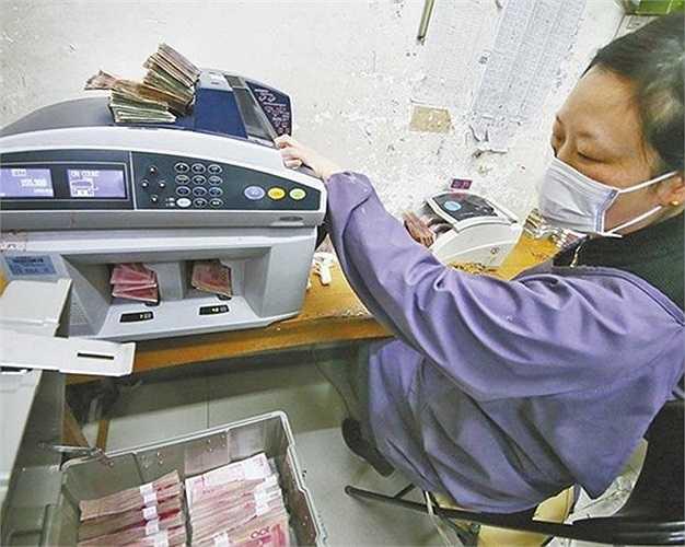 Ban lãnh đạo một công ty ở thành phố Lạc Dương, tỉnh Hà Nam, Trung Quốc sản xuất điện bằng cách đốt những đồng tiền giấy rách, nát đến mức không thể sử dụng. Ảnh: Yao Lan (Theo Zing)