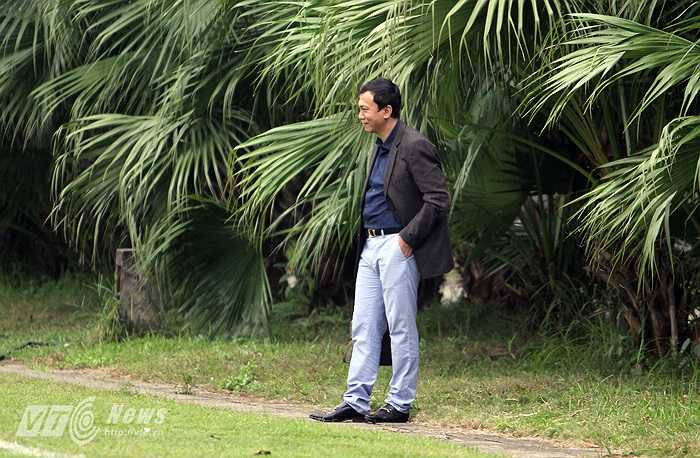 Phó chủ tịch Liên đoàn bóng đá Việt Nam Trần Quốc Tuấn tới theo dõi buổi tập của cả đội. (Ảnh: Hà Thành)