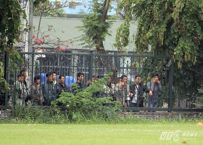 Khán giả đứng bên ngoài hàng rào theo dõi ĐT Việt Nam. (Ảnh: Hà Thành)