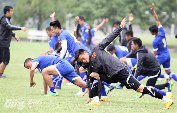 Sau màn khởi động chung tuyển Việt Nam làm hai đội chạy quanh sân.(Ảnh: Hà Thành)