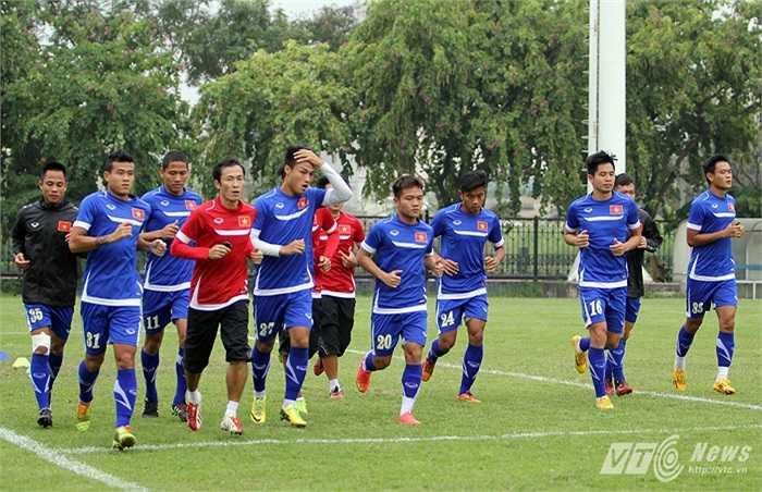 Đội những cầu thủ đá chính trận bán kết lượt đi và đội những cầu thủ dự bị. (Ảnh: Hà Thành)