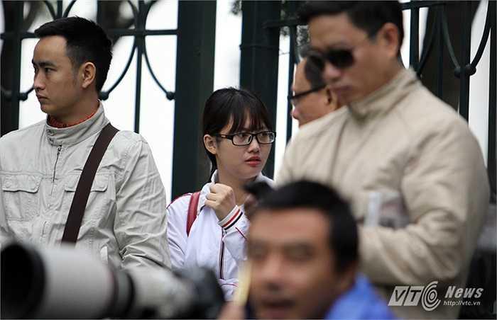 Trong số rất nhiều phan đến sân xem ĐT Việt Nam tập, có không ít fan nữ. (Ảnh: Hà Thành)