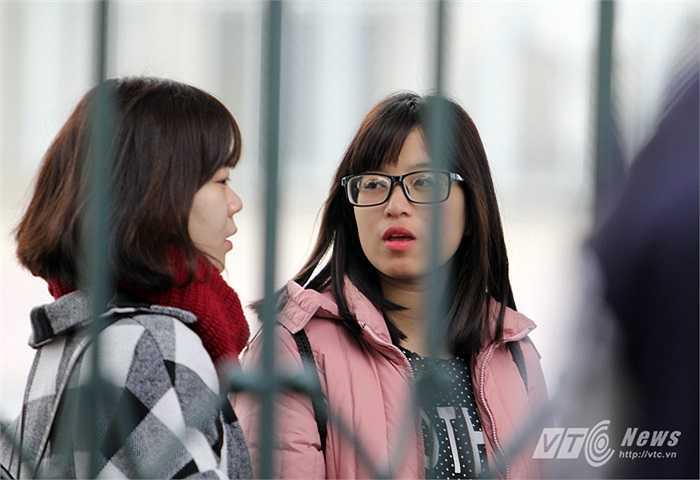 Bất chấp thời tiết giá lạnh, nhiều fan nữ vẫn nán lại đợi tuyển Việt Nam(Ảnh: Hà Thành)