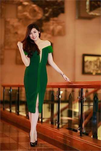 Lựa chọn cho mình một chiếc đầm xanh hở vai với đường xẻ sâu táo bạo, Á hậu Việt Nam 2012 thu hút được nhiều ánh nhìn.