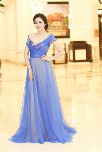 Hoa hậu gốc Hải Phòng diện một chiếc đầm xẻ cổ khá sâu, khoe vẻ gợi cảm