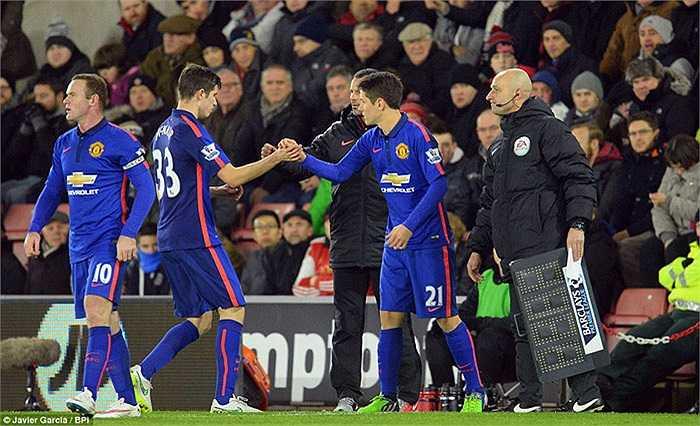Cuối hiệp 1, Van Gaal tung Herrera vào thay McNair. Man Utd chuyển về chơi với 4 hậu vệ