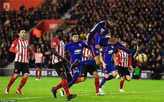 Cựu cầu thủ Arsenal chạm bóng tinh tế sau cú đá phạt của Rooney, đưa bóng vào lưới từ một góc rất hẹp