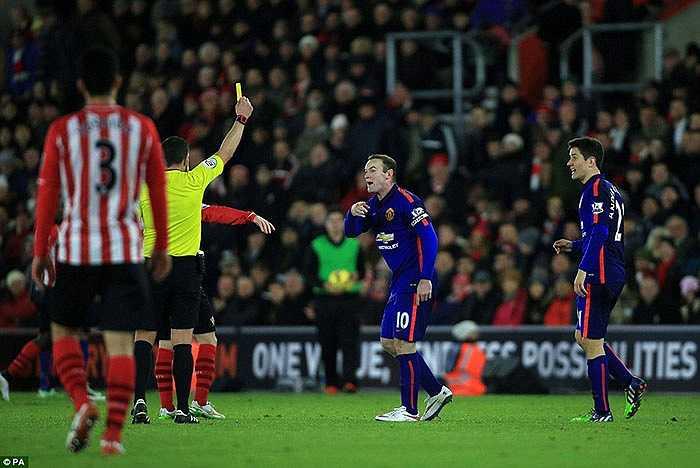 Thủ quân Rooney thậm chí cũng phải nhận thẻ vàng