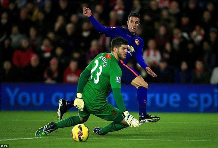 Ngay phút 13, Van Persie đã tận dụng triệt để sai lầm của hậu vệ đội chủ nhà