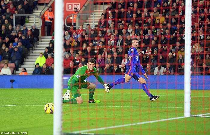 Chân sút người Hà Lan thoát xuống cực nhanh, rồi dứt điểm khéo léo qua người thủ môn Southampton