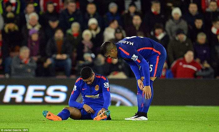 Tuy nhiên chỉ 5 phút sau bàn mở tỷ số của Van Persie, Man Utd lại đón tin buồn từ Smalling