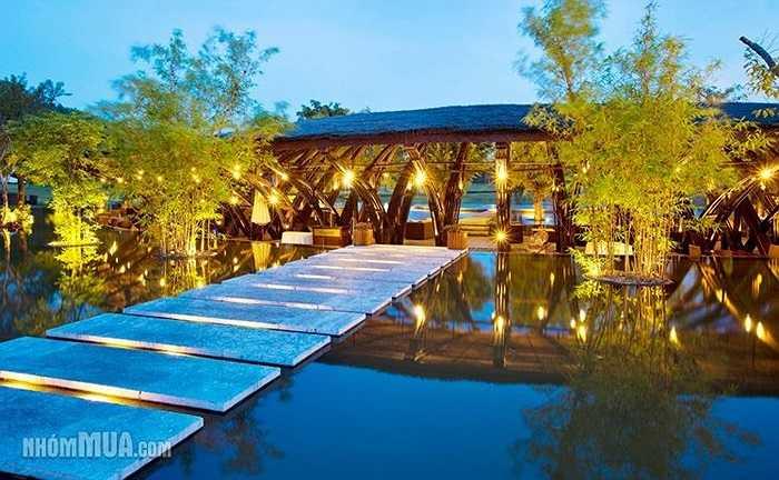 Flamingo Đại Lải Resort (Vĩnh Phúc) được miêu tả là resort nghỉ dưỡng mang lại cho du khách những ngày nghỉ thư giãn trong khung cảnh gần gũi với thiên nhiên, các hoạt động văn hóa, thể thao đa dạng, hệ thống dịch vụ đẳng cấp và môi trường trong lành. Khu du lịch này vừa đạt giải Top 10 Khách sạn và Khu nghỉ dưỡng đẳng cấp quốc tế năm 2014 do DESIGNBOOM bình chọn dựa trên các tiêu chí về sự độc đáo và đa dạng trong kiến trúc, kỹ thuật và vật liệu xây dựng, mang lại những trải nghiệm nghỉ dưỡng t
