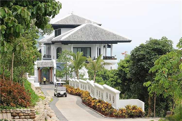 InterContinental Danang nằm ở phía Bắc bán đảo Sơn Trà của TP Đà Nẵng. Khu nghỉ dưỡng nổi bật với lối thiết kế độc đáo, đầy sáng tạo, sự tổng hòa giữa cảnh quan thiên nhiên kỳ thú và nét tinh hoa kiến trúc, văn hóa độc đáo của Việt Nam.