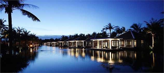 Lấy cảm hứng thiết kế và xây dựng từ lăng mộ hoàng gia Từ Đức ở Huế, Nam Hải là một khu nghĩ dưỡng được đánh giá cao về kiến trúc, trang trí và thiết bị. Mỗi phòng tại Nam Hải đều có sân riêng của mình, phòng tắm trong nhà và ngoài trời và máy pha cà phê cá nhân. Khu nghỉ mát tự hào với 3 hồ bơi bên bãi biển và 1 spa. Giá phòng tại đây từ 800USD/đêm. Ảnh: Nam Hải resort