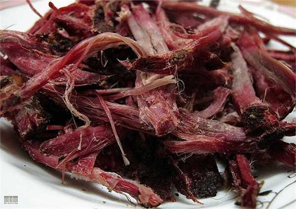Thịt trâu gác bếp loại xin được bán với giá trên dưới 1 triệu 1 kg, là đặc sản vùng núi Tây Bắc và được sử dụng nhiều trong các dịp lễ tết, cỗ bàn. Loại sản vật này cũng được xem là một món ăn ưa chuộng của những người thích nhậu nhẹt lai rai trong những ngày nghỉ của các dịp lễ Tết.