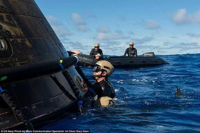 Các dây cáp siêu bền được gắn vào thân tàu Orion