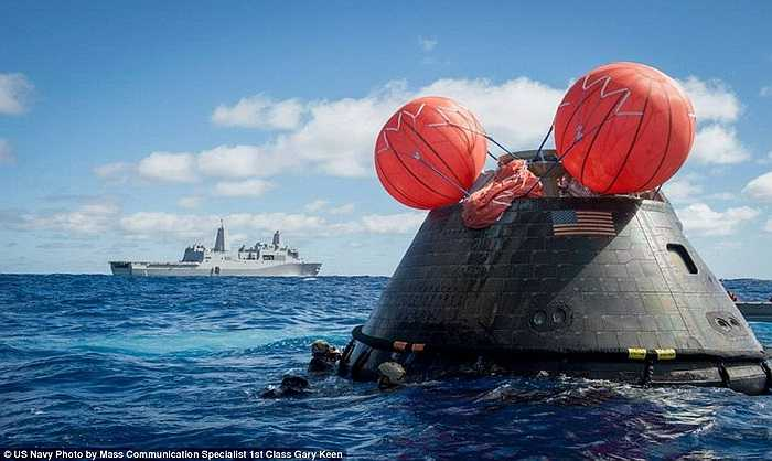 Túi khí được thổi phồng nhằm giữ cho tàu Orion nằm ở thế thẳng đứng
