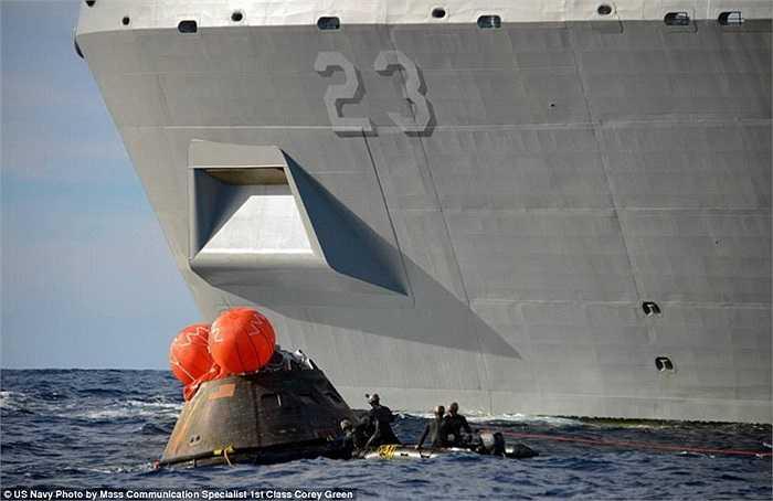 Tàu Orion được kéo về phía tàu USS Anchorage