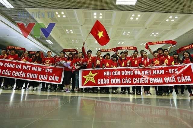 Các CĐV cùng cờ, băng rôn, xếp hàng chờ ở sân bay Nội Bài từ đầu giờ chiều. (Ảnh: VTV)