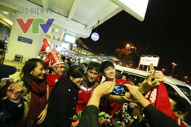 Cổ động viên đua nhau chụp ảnh cùng Công Vinh(Ảnh: VTV)