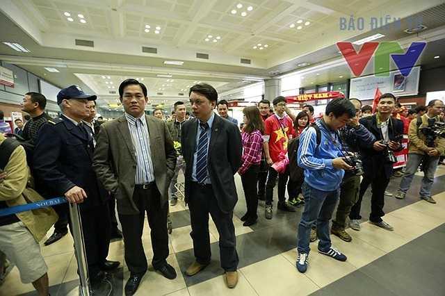 Đại diện Liên đoàn bóng đá Việt Nam (VFF) ra đón đoàn ở sân bay. (Ảnh: VTV)