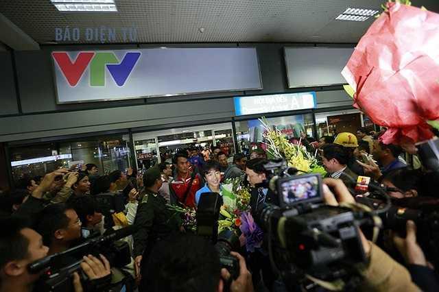 HLV Miura và các học trò xuất hiện ở cửa sân bay. (Ảnh: VTV)
