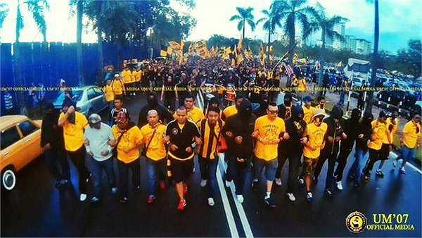 Trước mỗi trận đấu tại các giải bóng đá trong nước hoặc khi Đội tuyển Malaysia thi đấu, những hội Ultras Malaya thường có những buổi diễu hành, thị uy sức mạnh trên đường phố.