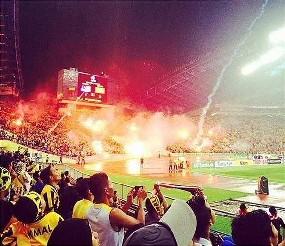 Hình ảnh pháo sáng, pháo hoa và pháo nổ trong trận đấu bán kết lượt đi AFF Cup 2014, giữa Malaysia - Việt Nam, tại sân Shah Alam.