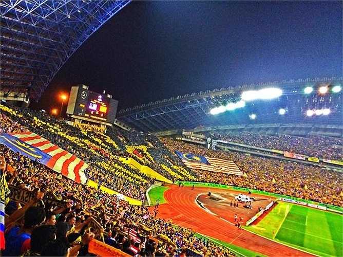 Ở một cách chào sân khác, Ultras Malaya thị uy sức mạnh với những hình ảnh tượng trưng của mỗi nhóm.