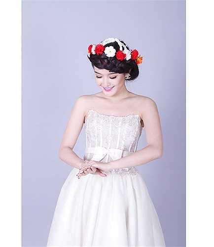 Huyền My quyến rũ trong trang phục cưới