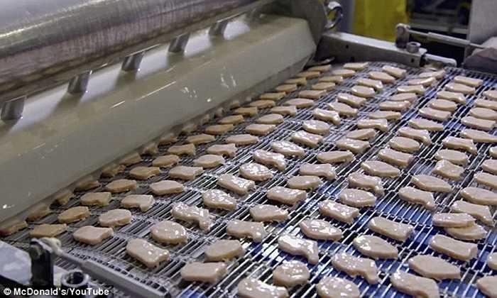Sau khi được trộn đều gia vị, thịt gà trộn được xắt nhỏ thành từng miếng.