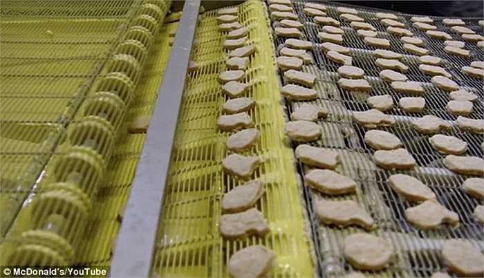 Các miếng gà sẽ tiếp tục được tẩm một lớp bột mỏng.