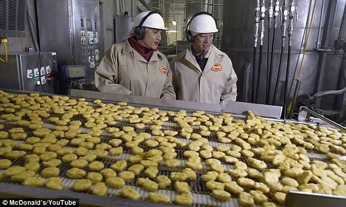 Các công nhân kiểm tra chất lượng sản phẩm trong nhà máy. Những miếng gà vàng ươm tưởng chừng như đã chín và có thể ăn ngay lập tức nhưng thực chất chúng vẫn còn sống ở bên trong.