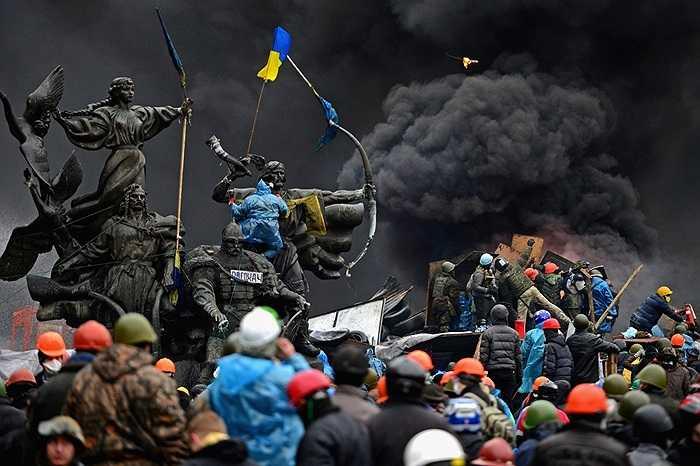 Khói đen bao phủ đám đông biểu tình trên Quảng trường độc lập của Ukraine ngày 20/2/2014