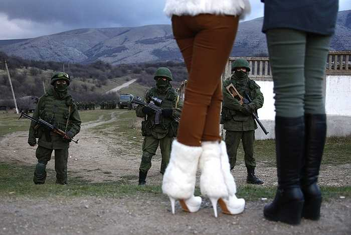 Những cô gái địa phương đứng gần các chiến binh vũ trang thân Nga ở Perevalnoe ngày 5/3/2014