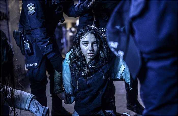Cô gái trẻ bị khống chế trong cuộc biểu tình tại Istanbul, Thổ Nhĩ Kỳ