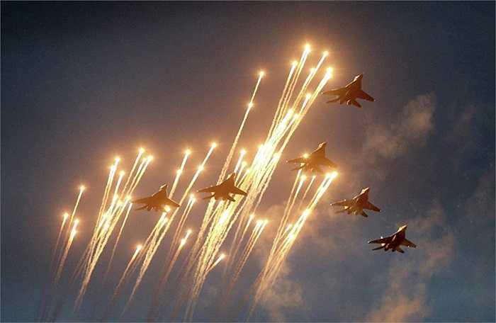 Các chiến cơ MiG-29 bay biểu diễn trong ngày Độc lập ở Minsk, Belarus