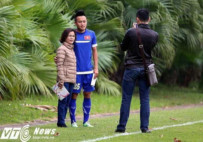 Huy Toàn chụp ảnh cùng người hâm mộ. Từ vị trí dự bị, Huy Toàn đã tỏa sáng, mang lại niềm vui cho fan Việt Nam. (Ảnh: Quang Minh)