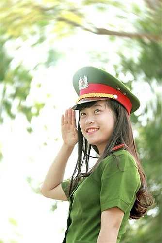 Dạ Ngân quê ở huyện Nghi Lộc, Nghệ An. 9x này là cựu học sinh chuyên Hóa, trường THPT chuyên Phan Bội Châu và từng giành giải nhất HSG tỉnh môn Hóa. Ngân có tính cách mạnh mẽ, lớn lên trong gia đình có bố theo ngành cảnh sát. Cô nàng mơ ước sau này sẽ được giữ lại làm giảng viên của trường. Ảnh: Bế Tuấn Kiệt.