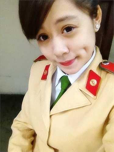 Lại Kiều Anh, sinh năm 1994, là sinh viên ngành Cảnh sát giao thông, khóa D38 của Học viện Cảnh sát Nhân dân. Cô bạn có nickname dễ thương là Heo Hóm Hỉnh với nụ cười xinh tươi cùng má lúm đồng tiền duyên.