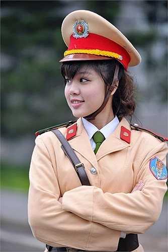 Công Hồng Nhung là sinh viên lớp B6, chuyên ngành Cảnh sát giao thông từng gây chú ý với hình ảnh hướng dẫn giao thông trên phố hồi tháng 2/2013. Hình ảnh của cô bạn nhanh chóng bị truy tìm sau đó.