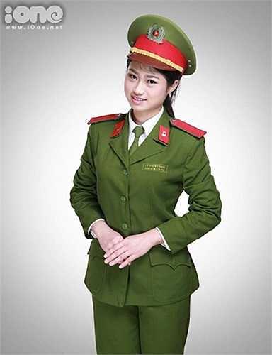 Lê Thùy Trang là cái tên được nhiều sinh viên Học viện Cảnh sát biết đến khi đỗ thủ khoa khối D năm 2012; Á khôi Hội thi Sinh viên Cảnh sát thanh lịch 2013. Cô bạn là cựu học sinh trường THPT chuyên Nguyễn Trãi, Hải Dương.