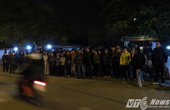 Ngay từ tối 10/12, hàng trăm người thân, bạn bè, đồng nghiệp và bà con khối phố đã đến chia buồn với gia đình, chờ đợi đón thi hài sỹ quan máy 3 Trần Đức Đạt từ Singapore về đất mẹ