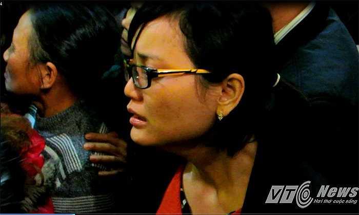 Người vợ trẻ gần như đã khóc khô dòng nước mắt kể từ khi biết hung tin, sang tận nước bạn đón chồng về