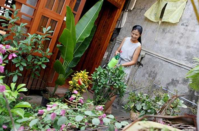 Mỗi lúc rảnh rỗi, Ngọc Hân lại chăm sóc khu vườn nhỏ của gia đình.
