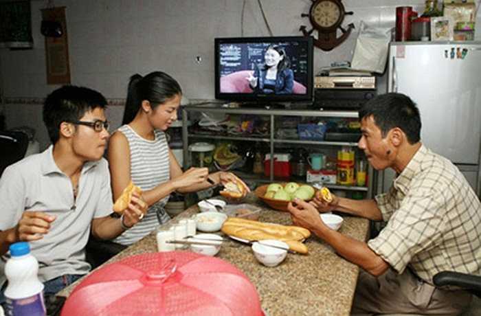 Phòng ăn giản dị của gia đình cô.