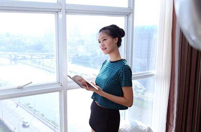 Phòng khách có view rất đẹp và thoáng, nhìn bao quát được một góc Sài Gòn rộng lớn. Đây là nơi Hoa hậu thường tận dụng ánh sáng tự nhiên vào sáng sớm và buổi chiều để ngồi thư giãn.