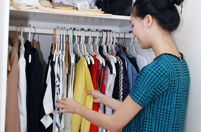 Tủ quần áo và tủ giày của Thuỳ Dung khá đa dạng về kiểu dáng, nhưng chủ yếu là phong cách trẻ trung, năng động.